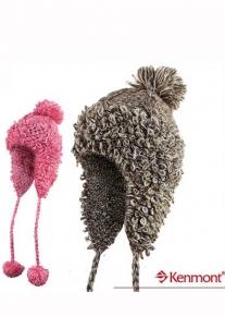 Оригинальная шапочка с помпонами