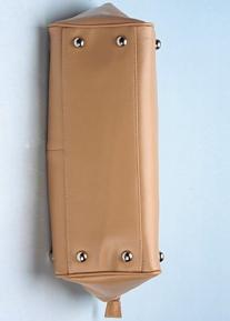 Кожаная сумка с украшением из колец и сердечек