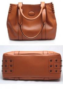 Эффектная сумка с заклепками из натуральной кожи