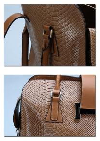 Лакированная сумка с тиснением под рептилию из натуральной кожи