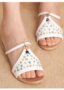 Эффектные сандалии со стразами