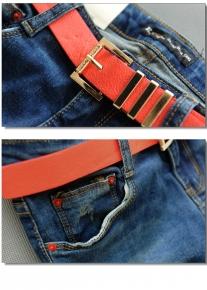 Синие джинсы с оранжевыми элементами