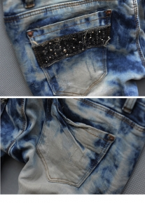 Эффектные джинсы с надписью и стразами