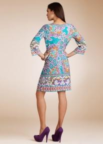 Эффектное платье с пестрым принтом