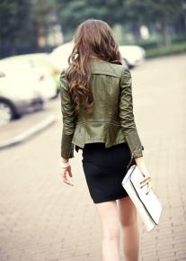 Красивого фасона приталенная куртка со строчками и молниями