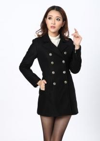 Двубортное пальто с хлястиком