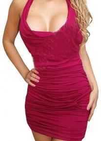 Пурпурно-красное платье с глубоким декольте