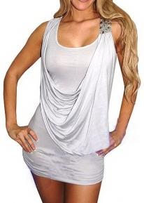 Светло-серое платье с украшением на плече