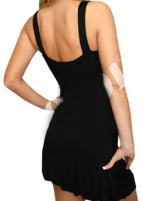 Черное платье с эффектной лямкой - украшением