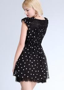 Летнее платье в горошек и с кружевами