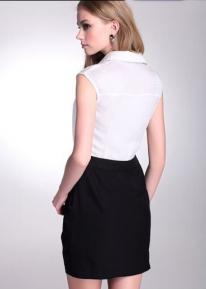Черно-белое платье с пуговицами и юбкой с запахом
