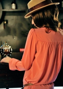 Блузка с пуговицами на плечиках