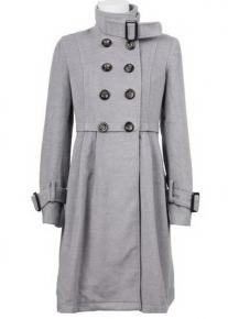 Приталенное двубортное пальто со стоячим воротником