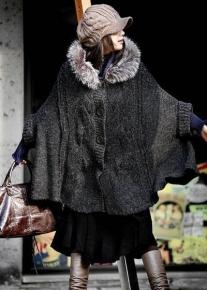 Вязанное пончо с капюшоном отделанным мехом