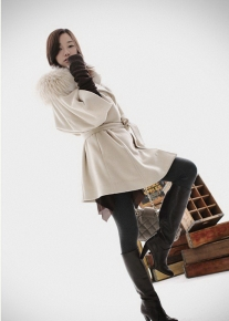 Стильное пальто свободного кроя с капюшоном