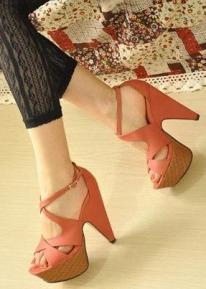 Босоножки на высоком модном каблуке