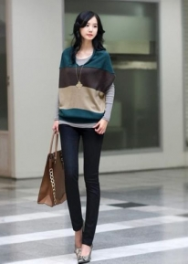 Стильный свитер свободного кроя в широкую полоску