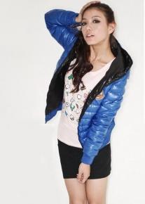 Стеганная куртка с капюшоном и эмблемой