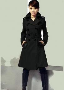 Двубортное пальто с поясом и клапанами на карманах