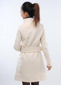 Асимметрично застегивающееся пальто окантованное по краям в строчку