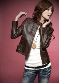 Короткая куртка с молниями  и декоративными стежками