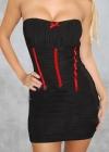 Черное платье без бретелей с красными элементами